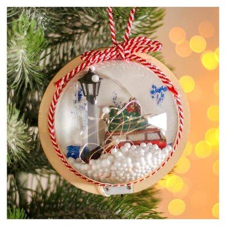 Новогодний шар с деревянной фигуркой и подсветкой «Автомобиль и фонарь» 12х12 см NNB