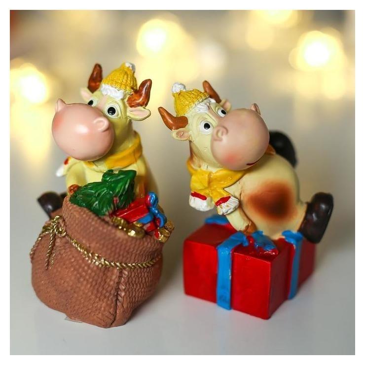 Сувенир полистоун Бычок борька в шапке, шарфе, верхом на мешке/подарке 7,4х4,5х5,5 см 48121 NNB