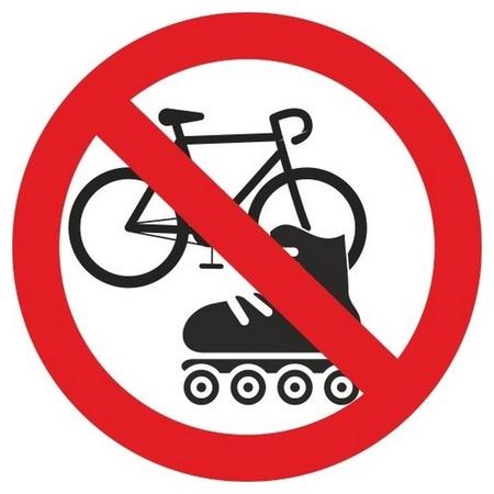 Знак безопасности вход с велосипедами и роликами запрещен (Плёнка,d150)  Технотерра